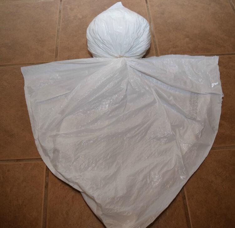 #DIY easy Trash Bag Ghosts for #Halloween! $1 off #HeftyHelper https://ooh.li/cb10253 #AD #HeftyHeftyHefty