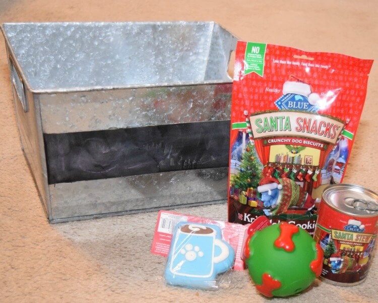 Make a #DIY Pet Toy Box for their @bluebuffalo holiday treats! #BestofBLUE #ad #craft