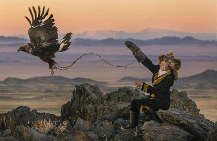Watch the true story of @theeaglehuntress w/ your girls to show them some real Girl Power! #eaglehuntress #ad