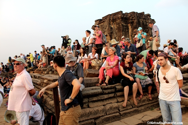 sunset crowds at phnom bakheng