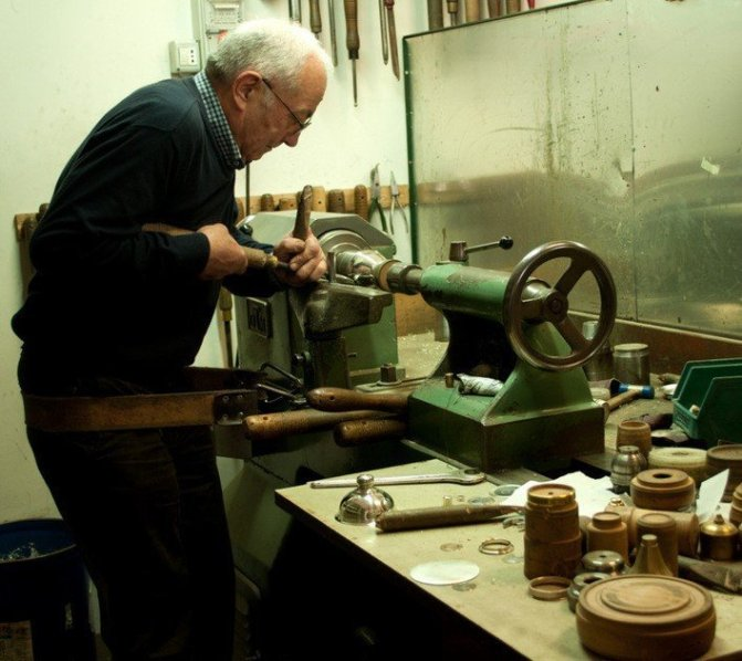 Craftsman at work l'Argento Firenze