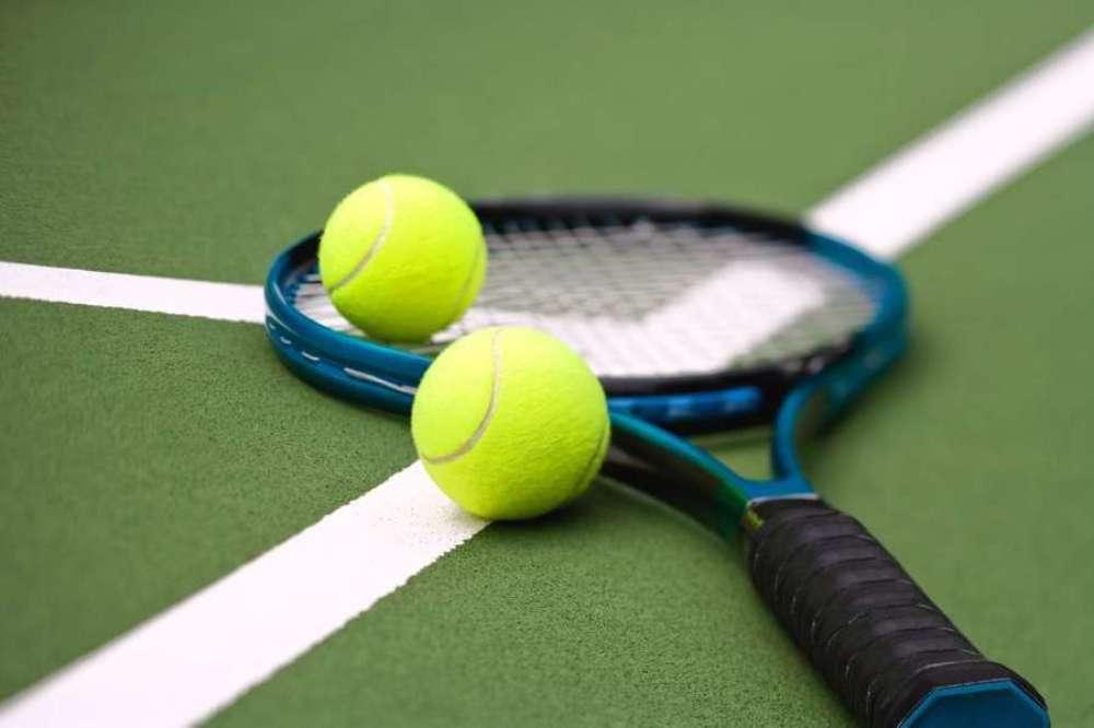 tennis-balls-racquet