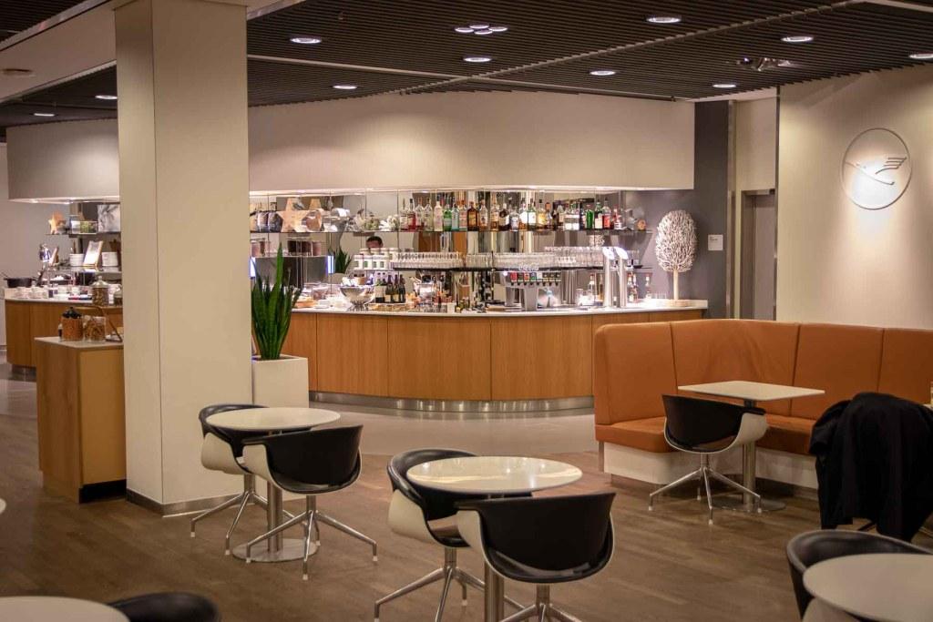 Air China Business Class Lounge Frankfurt Lufthansa SEN Lounge City Lights-2