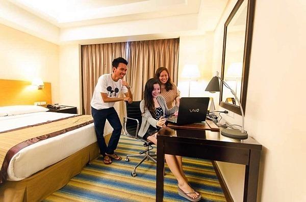 queen deluxe room with friends