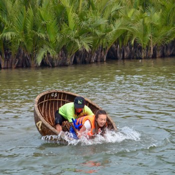 Hoi An basket boat rowing falling in