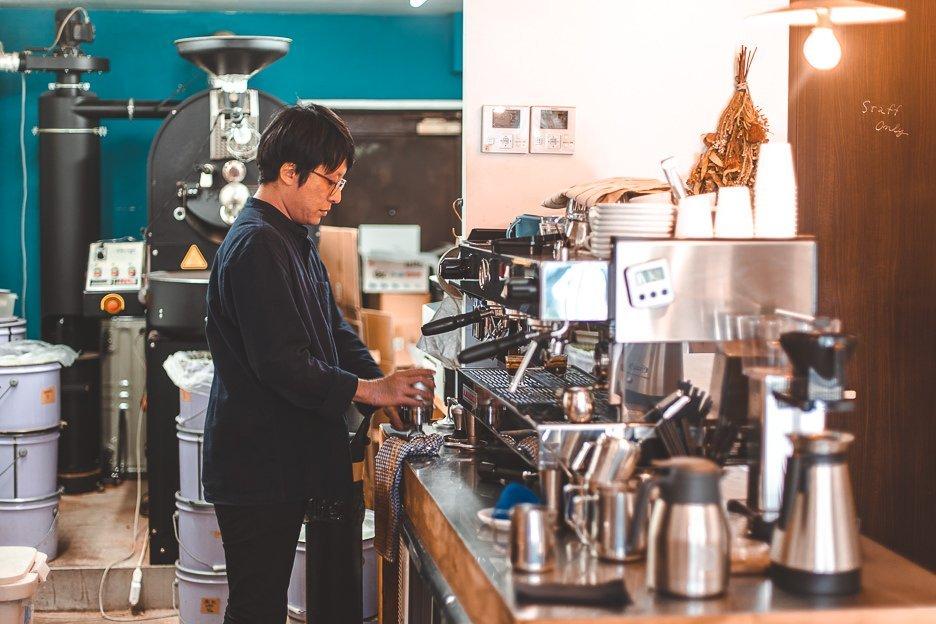 Barista working in Switch Coffee | best meguro coffee shop