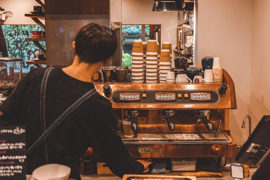 Barista preparing coffee to go at Rostro Coffee Roasters | Tokyo Coffee Guide
