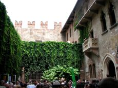 People crowding to see Juliet's balcony