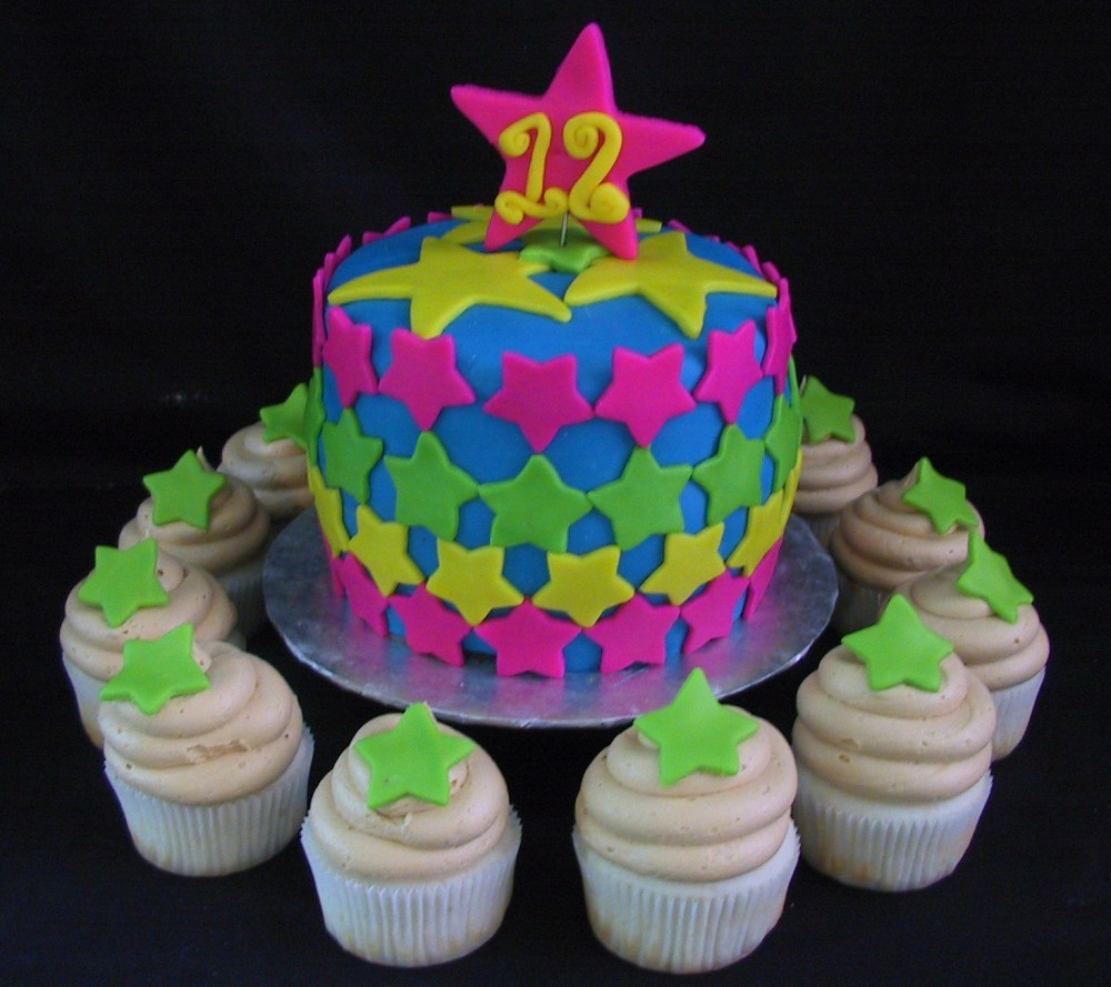 Fondant star birthday cake with cupcakes