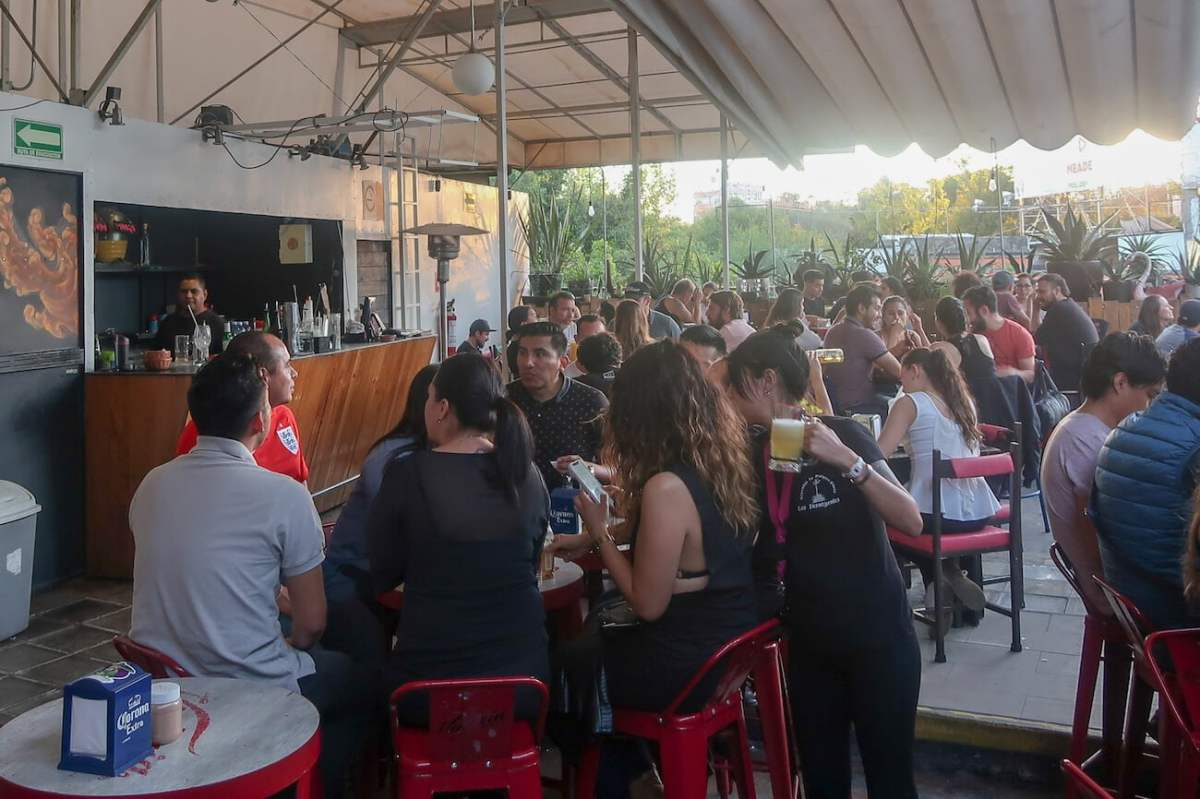 Busy rooftop bar at Pulqueria Insurgentes