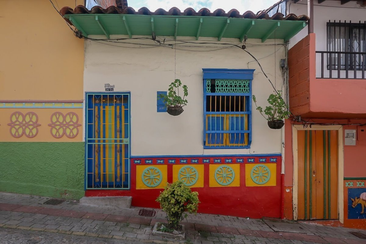 Facade of a house in Guatape, an overrated thing to do in Medeliln