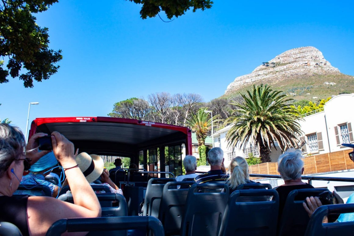 Tourists looking at Lions Head from the hop-on hop-off bus
