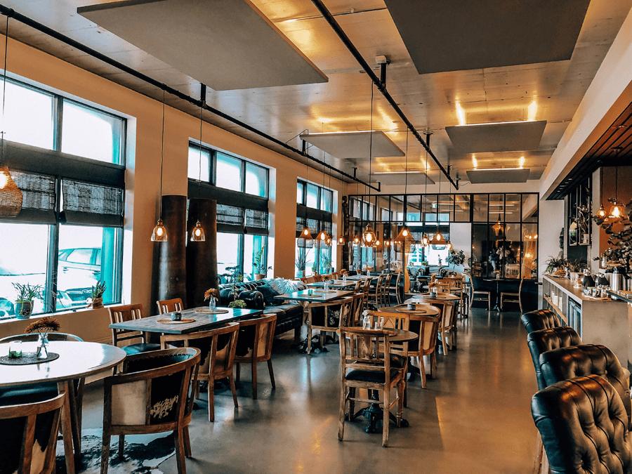 Eyja Guldsmeden Hotel lobby and bar with tables