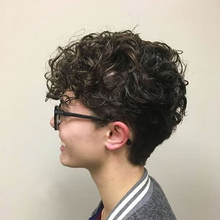 Cute-Hair-for-Women Chic Short Curly Hairstyles for Women