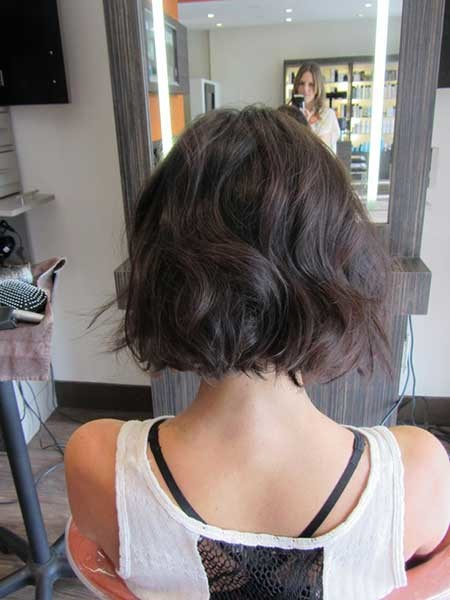 Back-View-of-Simple-Wavy-Bob-Hairstyle The Best Wavy Hairstyles for Short Hair