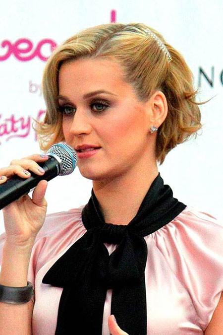 Short-Cute-Blonde-Look Best Celebrity Short Hairstyles
