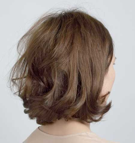 Back-View-of-Inverted-Bob-Hairstyle-with-Wavy-Ends Short Wavy Hairstyles 2019