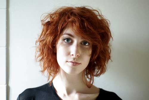 Cute-Ginger-Wavy-Haircut-with-Side-Bangs Short Wavy Hairstyles With Bangs