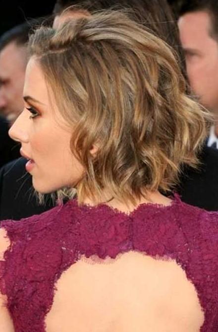 Scarlett-Johansson-Short-Hairstyles-Choppy-layers-and-dual-highlight-bob Popular Short Hairstyles for Women 2019