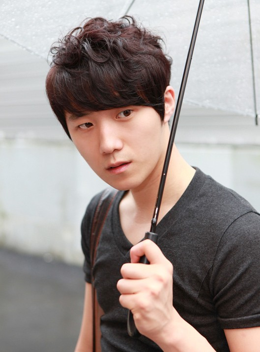 Korean-men-hairstyles-–-sexy-layered-haircut-with-thick-bangs-for-men Cool Korean and Japanese Hairstyles for Asian Guys