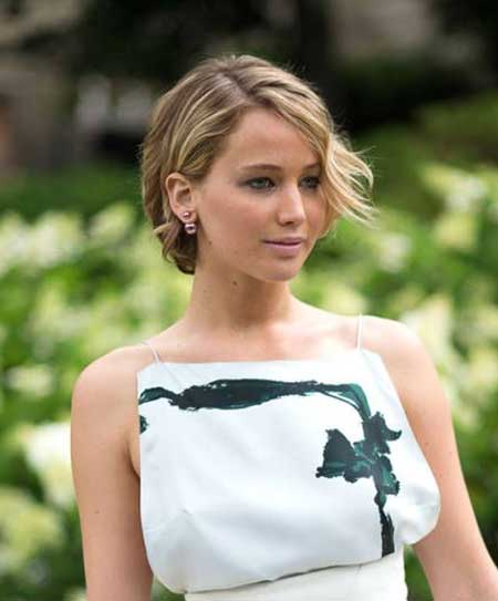 Short-side-Swept-Wavy-Hairdo-for-Girls Best Short Haircuts for Wavy Hair