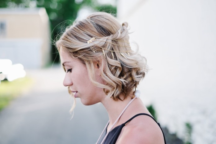 Accessorized-Short-Wavy-Hairstyle Cool and Cute Summer Hairstyles for Women