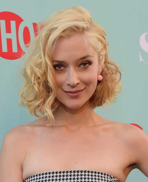 Caitlin-Fitzgerald's-Short-Curly-Hairstyle-with-Side-Parted Celebrity Short Curly Hairstyles