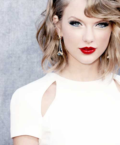 Taylor-Swift's-Short-Blonde-Curly-Hair Celebrity Short Curly Hairstyles