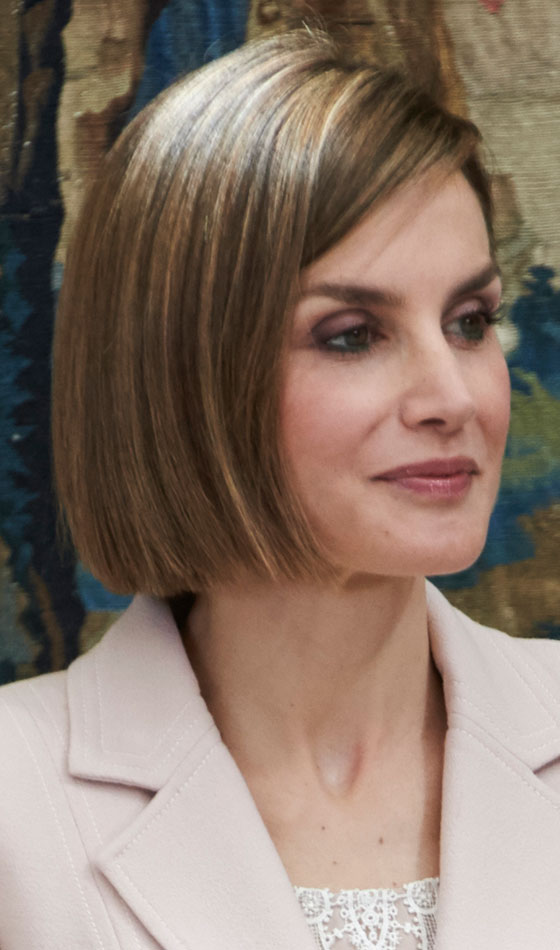 Light-Brown-Side-Swept-Bob Trendy Highlighted Bob Hairstyles You Can Try Today