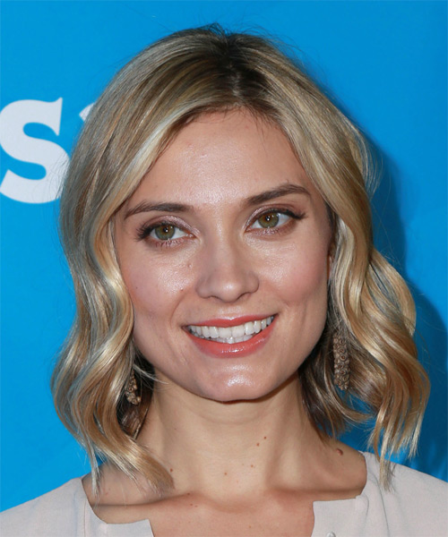 Spencer-Grammer-Medium-Wavy-Bob-Hairstyle Hottest And Trendy Bob Haircuts For Stylish Look