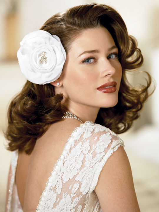 Short-Tousle-Floral-Hairstyle Unbelievably Stylish Flip Hairstyles for Women