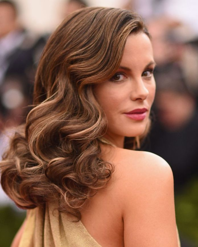 Kate-Beckinsales-Super-Subtle-Highlights Stunning Curly Hairstyles That Are All About That Texture