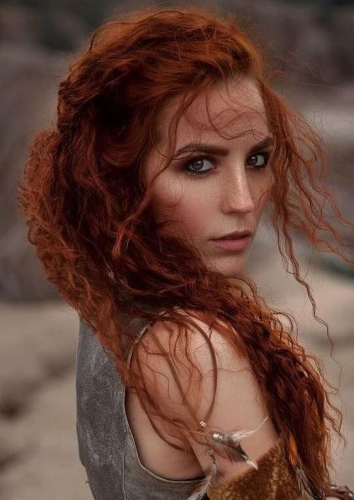 Long-Curly-Hair Redhead Hairstyles for Sultry and Sassy Look