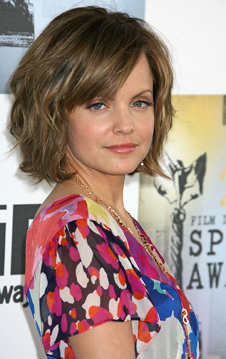 Mena-Suvari's-Nice-Wavy-Bob-Cut Celebrity Short Hairstyles for Women