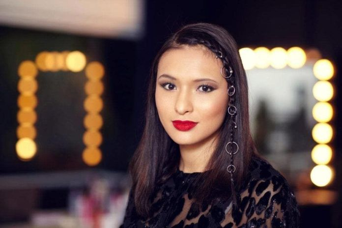 Single-Front-Braid Dazzling Straight Hairstyles for a Diva Look