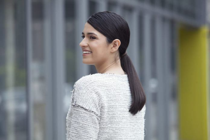 Stubby-Ponytail Dazzling Straight Hairstyles for a Diva Look
