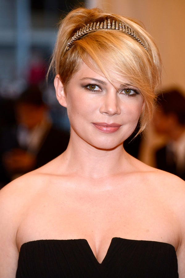 Short-Bob-with-Side-Bangs 25 Stupendous Hairstyles for Round Faces