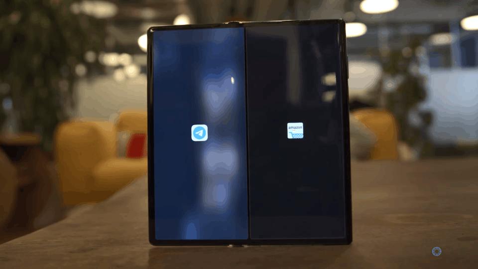 Multitasking Huawei Mate XS