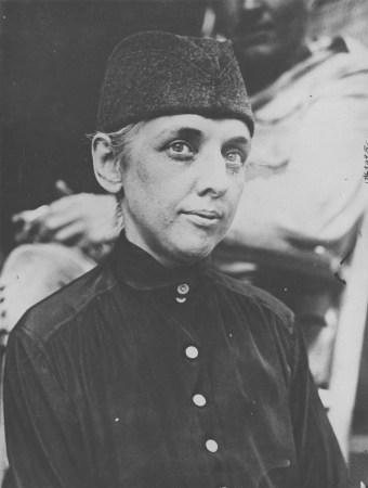 Lieutenant Edith Smith, the first woman ever given a commission in the U.S. Army as a surgeon. 165-WW-600-B6