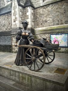 Dublin by Foot - A free walking tour with Dublin Discovery Trails   Molly Malone   The Urban Wanderer   Sarah Irving