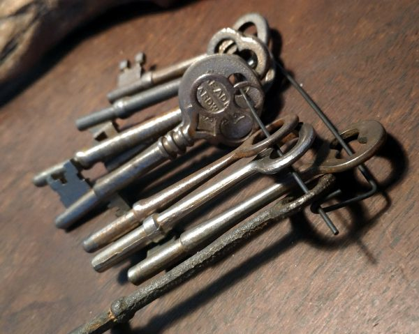 A bunch of old skeleton-style keys.