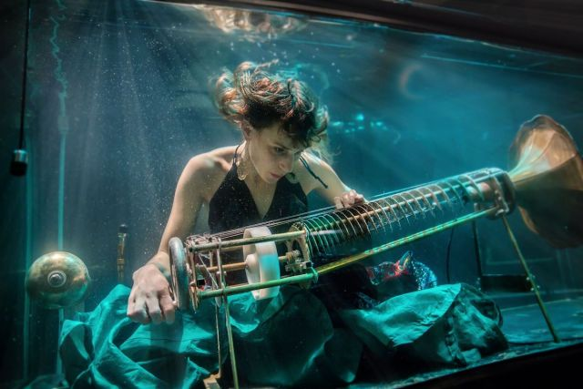 Nanna Bech performing underwater in a Between Music's show.