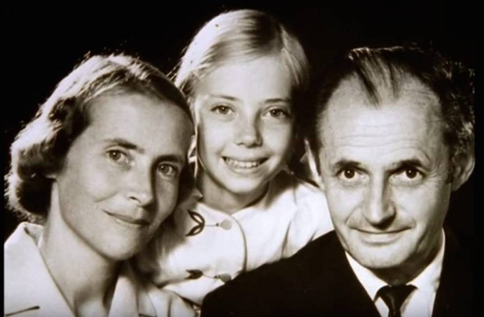 A young Juliane Koepcke smiles at the camera surrounded by her mother, Maria Koepcke, and her father, Hans-Wilhelm Koepcke