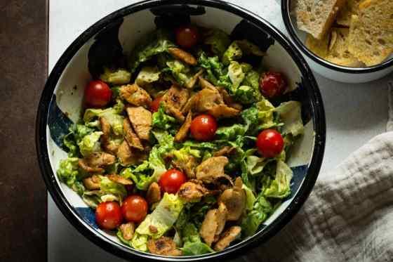veganer Cesar salad mit like chicken von like meat