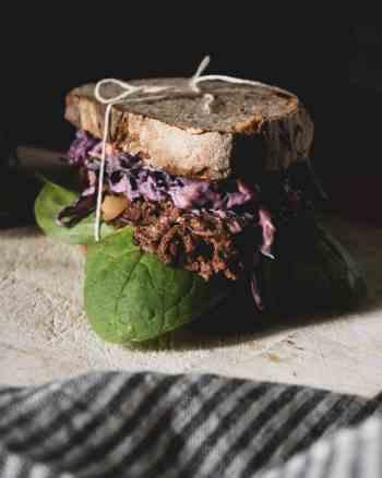 fertiges jackfruit sandwich mit rotkraut salat