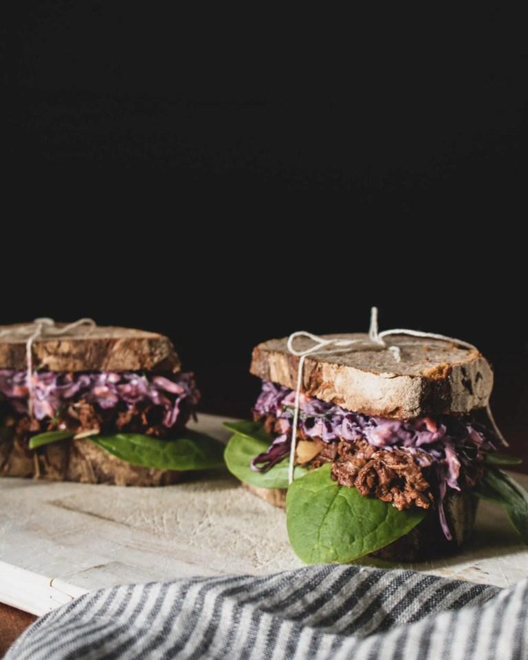 Jackfruit Sandwich mit Rotkrautsalat