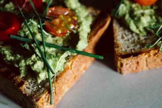 Avocadotoast nach Rühreiart mit Tomaten und Schnittlauch