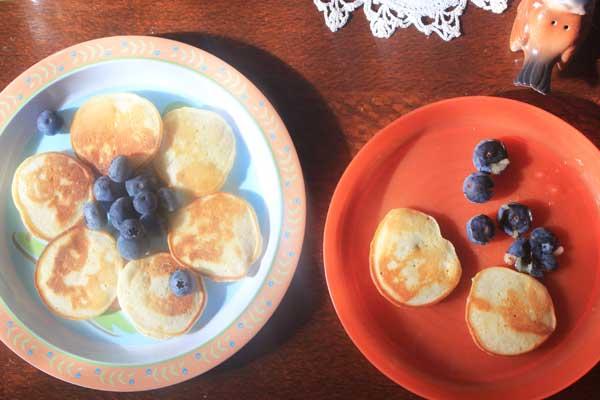 breakfast-kid-food-banana-pikelets-and-blueberries