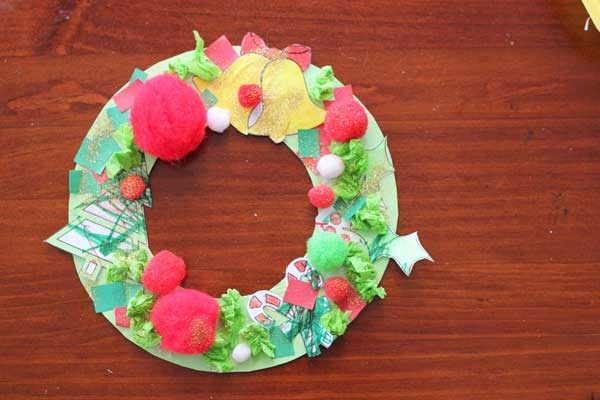 Toddler Christmas activity: collage wreath