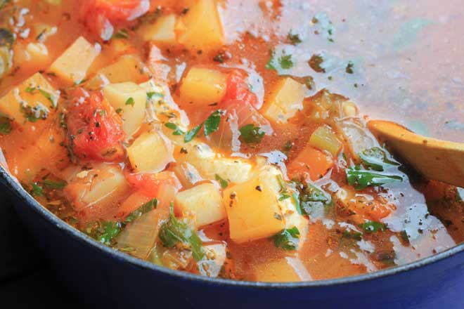 Simple Minestrone recipe: A fresh, light, simple minestrone with a huge flavour kick / theveggiemama.com